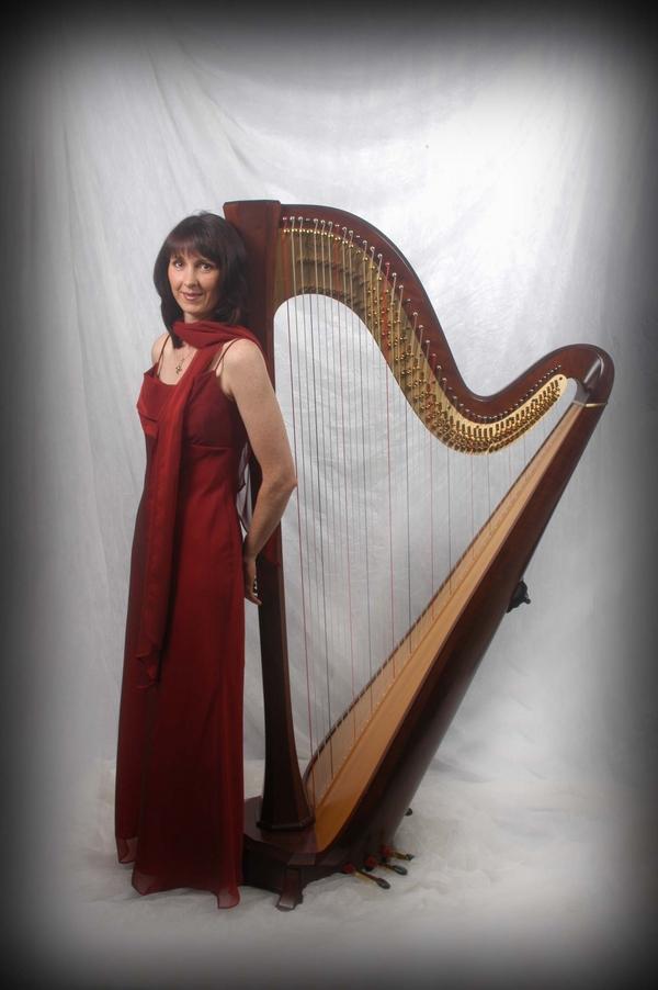 oona with harp